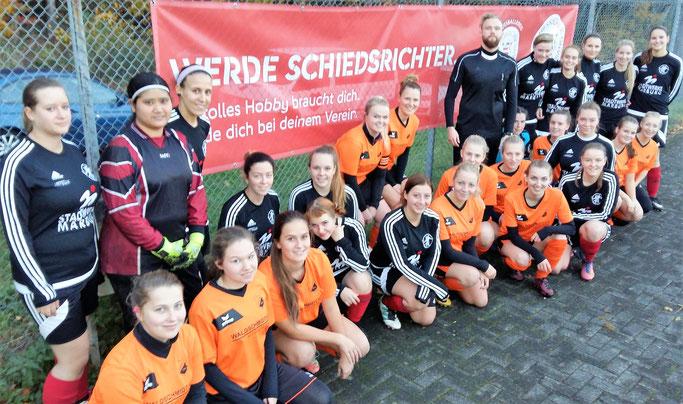 Anlässlich des Aktionstages der Kreisschiedsrichtervereinigung zeigten sich die Teams der FSG Ebsdorfergrund und des SSV Frohnhausen mit den Forderungen der Unparteiischen, vertreten durch Marco Steinhaus (Mitte), solidarisch
