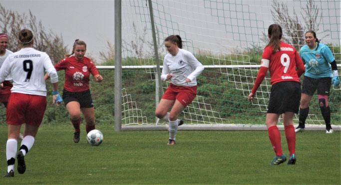 Das Team der FSG Ebsdorfergrund mit Kyra Struttmann (Nr. 9, links) und Nina Schuback (mitte) musste sich dem SSV Sechshelden geschlagen geben