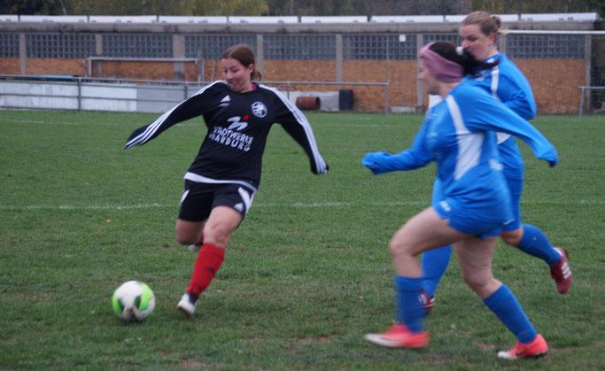 Die Abwehr der FSG mit Doreen Grau (am Ball) ließ beim TSSV Schönbach wenig zu und trug wesentlich zum verdienten 6:1-Sieg bei