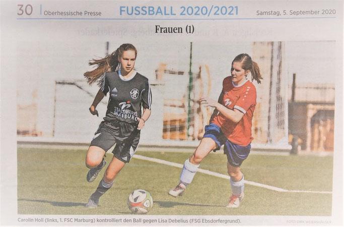Lisa Debelius (links, FSG Ebsdorfergrund) kontrolliert den Ball gegen Carolin Holl (1. FSC Marburg)