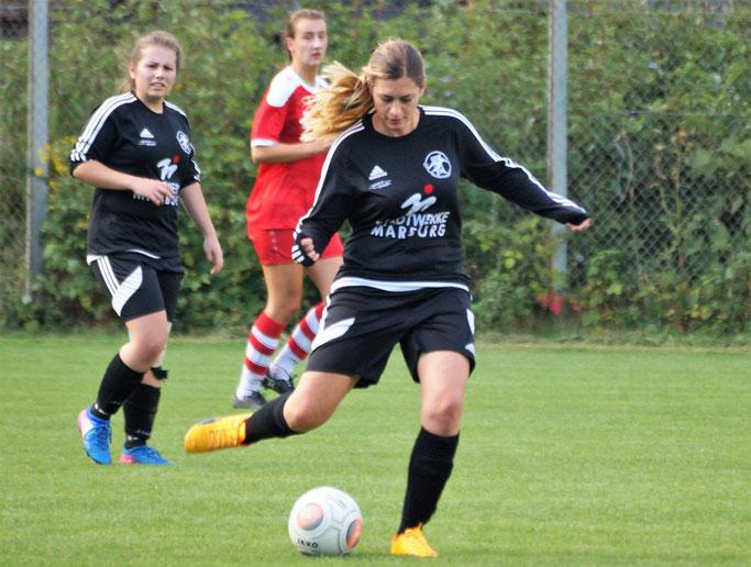 Gegen den SSV Endbach/Günterod muß das Team der FSG Ebsdorfergrund mit Elisa Müller (am Ball) verletzungsbedingt auf Sarah Braun (links) verzichten (Archivfoto)