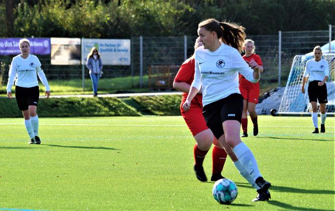 Weil Weimar II nicht antrat, bekam die FSG mit Kapitänin Sarah Wege (li.), Nina Schuback (am Ball) drei mühelose Punkte