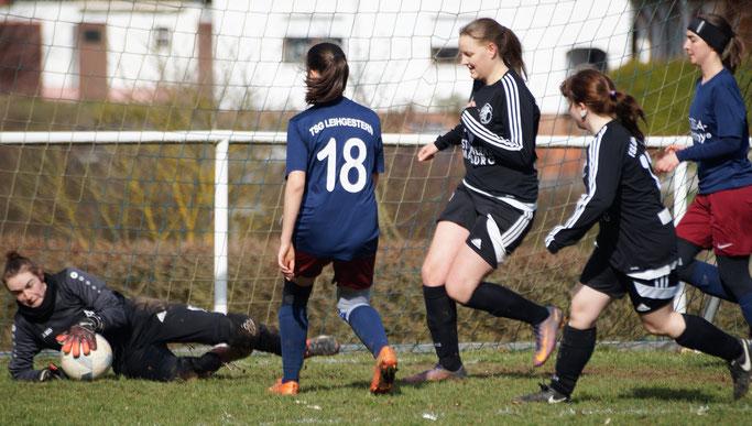Romina Rothmeier und Nina Schuback (2. und 3. v. r.) trafen im Vorbereitungsspiel der FSG Ebsdorfergrund gegen die TSG Leihgestern