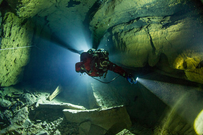GIRLS THAT CAVE DIVE