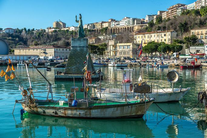 Pescherecci al porto di Ortona
