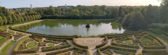 Blick vom Globus-Haus:  der Barockgarten mit dem Herkules.  Im Hintergrund das Schloss Gottorf.