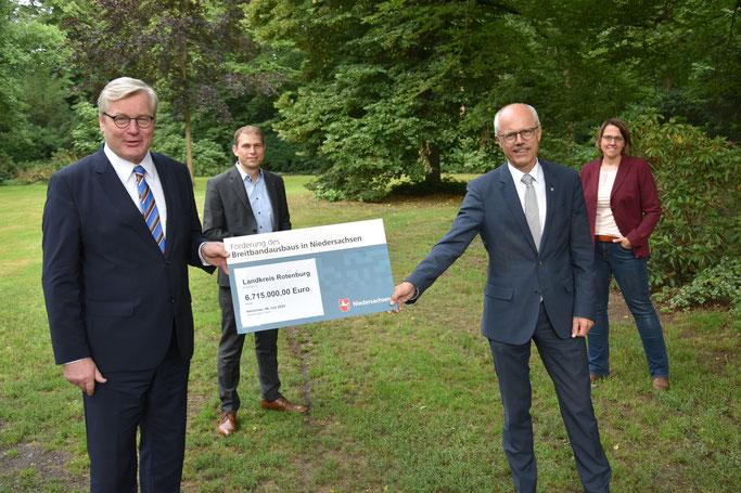 Breitbandausbau ROW Förderung. Minister Althusmann, Eike Holsten, Landrat Luttmann, Tanja Steinecke