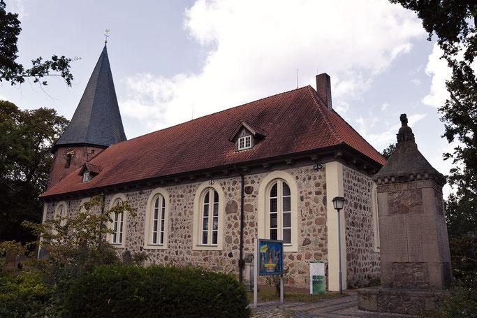 Kirche in Selsingen. Gegenüber ist der Holland Shop, im ehemalichen Knicker
