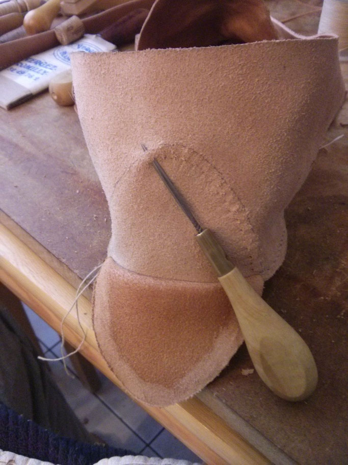Couture du talon : perçage à mi chair