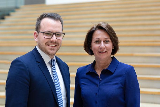 Büroleiter Benedikt Limbach (l.) mit Nicole Westig (r.)