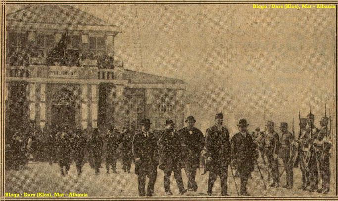 Foto : Në Tiranë, në dalje të Parlamentit shqiptar pas shpalljes së mbretërsië – Burimi : gallica.bnf.fr / Bibliothèque nationale de France