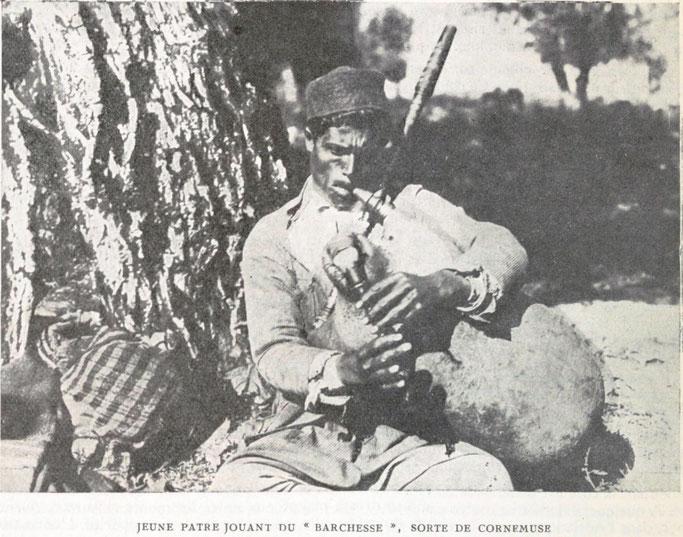 Çoban i ri duke luajtur «Barchesse», një lloj gajdeje – Burimi : gallica.bnf.fr / Bibliothèque nationale de France