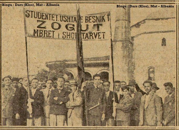 Foto : Studentët demonstrojnë në favor të Zogut I – Burimi : gallica.bnf.fr / Bibliothèque nationale de France
