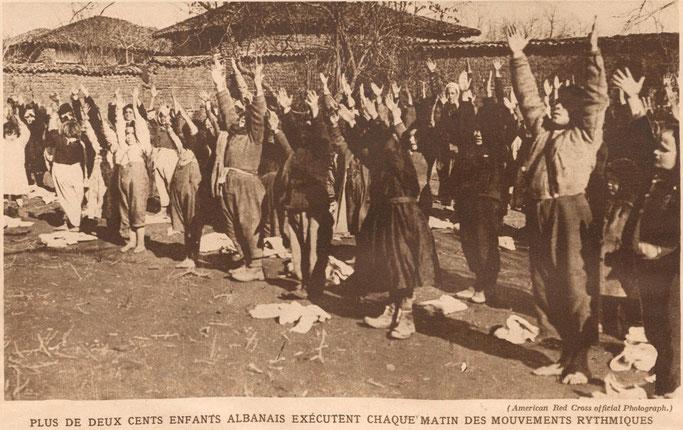 Mbi dyqind fëmijë shqiptarë kryejnë lëvizje ritmike çdo mëngjes (American Red Cross official Photograph.) – Burimi : gallica.bnf.fr / Bibliothèque nationale de France