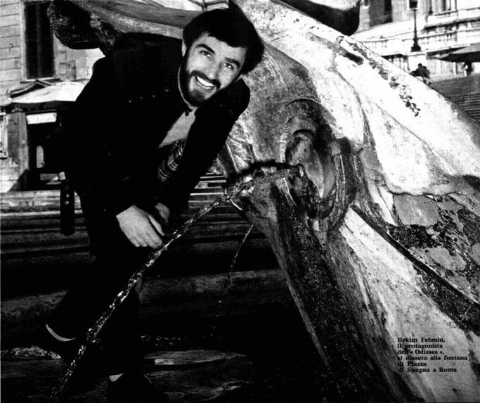"""Bekim Fehmiu, protagonisti i Odisesë shuan etjen në shatërvanin e """"Piazza di Spagna"""" në Romë – Burimi : Radiocorriere (1968)"""