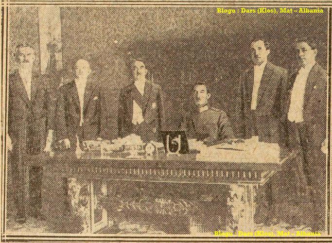Foto : Mbreti në mes të ministrave të tij pas shpalljes. – Burimi : gallica.bnf.fr / Bibliothèque nationale de France