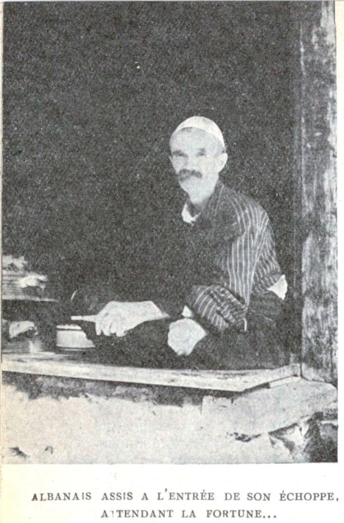 Shqiptar i ulur në hyrjen e dyqanit të tij në pritje të pasurisë – Burimi : gallica.bnf.fr / Bibliothèque nationale de France