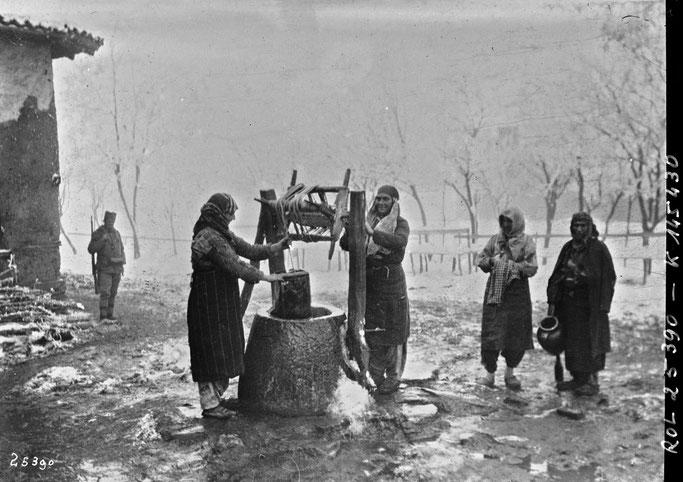 Burimi : Les femmes albanaises à la fontaine : [photographie de presse] / [Agence Rol] – Gallica / Bibliothèque nationale de France