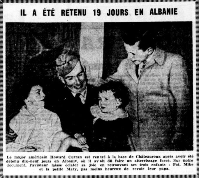 Major Howard J.  Curran me fëmijët e tij Pat, Mike dhe Mary në bazën ushtarake Châteauroux (Francë) - Burimi : gallica.bnf.fr / Bibliothèque nationale de France