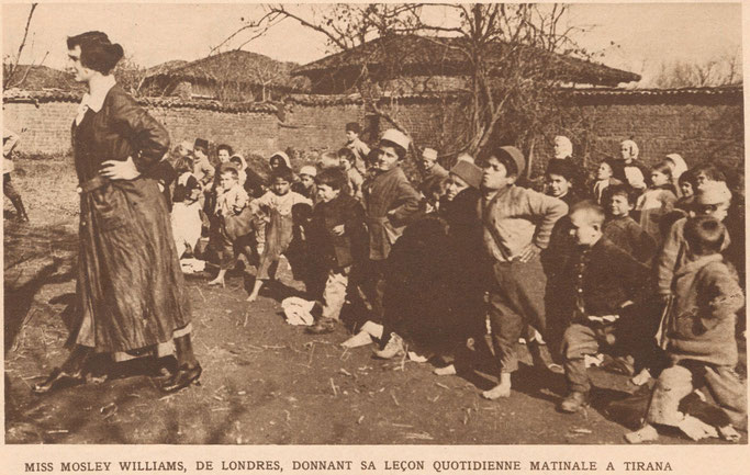 Zonja Mosley Williams, nga Londra, duke dhënë mësimin e saj të përditshëm të mëngjesit në Tiranë (American Red Cross official Photograph.) – Burimi : gallica.bnf.fr / Bibliothèque nationale de France