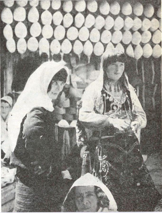 Fshatare e pasur katolike shqiptare para një ekspozite plisash të bardhë, simbol kombëtar – Burimi : gallica.bnf.fr / Bibliothèque nationale de France