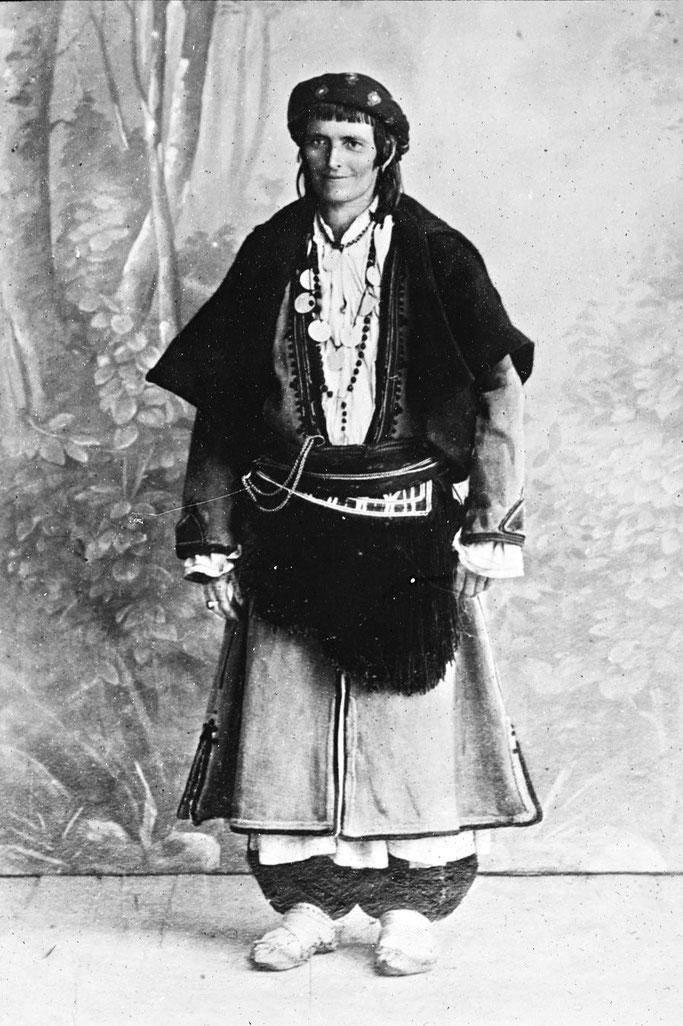 Burimi : Cavelier de Cuverville, Jules-Marie-Armand (1834-1912). Chef de la mission. Photographe de l'œuvre reproduite. – Gallica / Bibliothèque nationale de France
