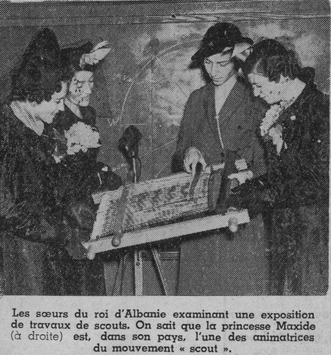 """Motrat e mbretit të Shqipërisë duke ekzaminuar një ekspozitë të punës së """"Scout-ëve"""". Ne e dimë se princesha Maxhide (djathtas) është, në vendin e saj, një nga udhëheqëset e lëvizjes """"scout"""". – Burimi : gallica.bnf.fr / Bibliothèque nationale de France"""