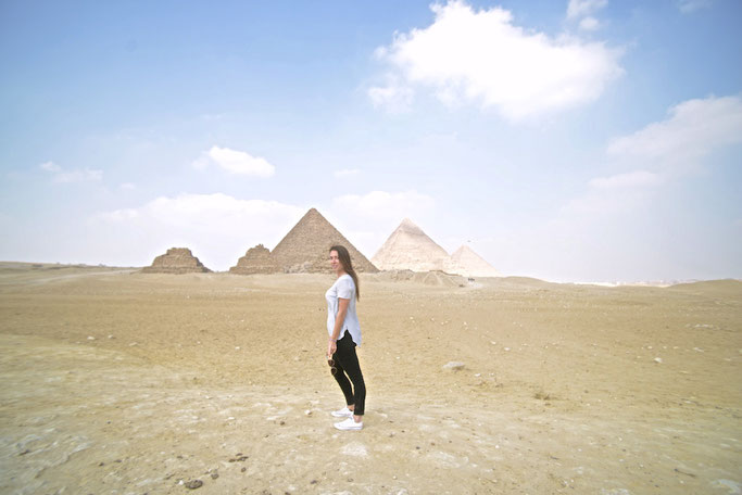 how to get a picture of the pyramids with no one in