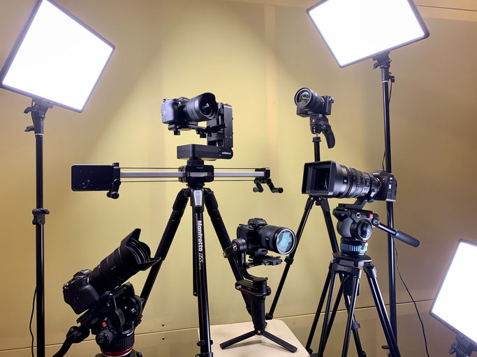 Videokameras: 3x Sony A7S III, Sony A7III, Sony a6600, Sony-Objektive: PZ 28-135 f/4 G OSS, 24-70 f/2.8 GM, 12-24 f/4 G, 24-105 f/4 G OSS, 16-55 f.2.8, 3x Phottix Nuada LED Videoleuchten