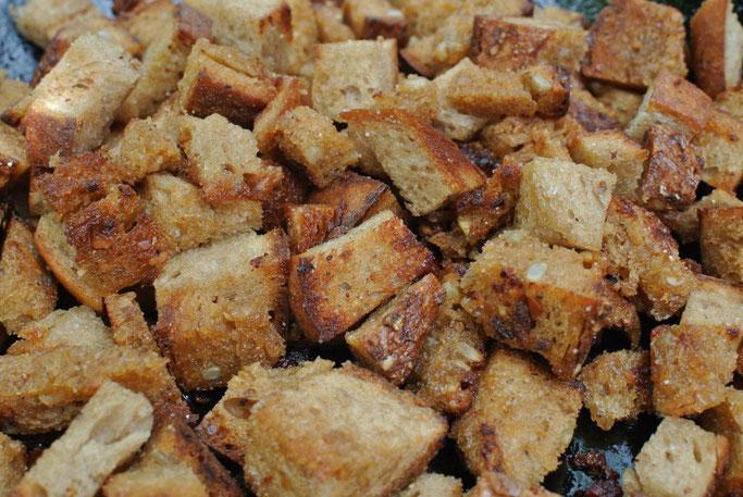 Edle Resteverwertung: Croutons selbst machen in der Pfanne aus altbackenem Brot