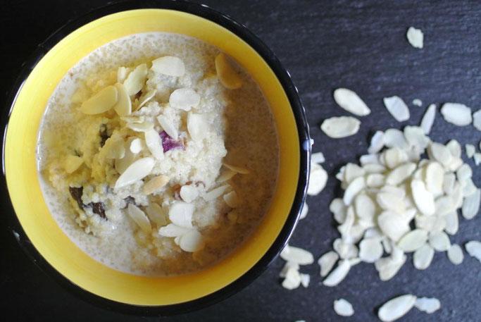Süßer Couscous mit Milch und getrockneten Früchten - Seffa