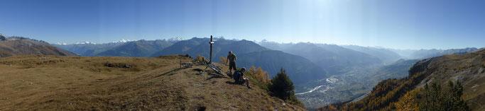 Panorama über die unendlichen Weiten der Walliser Alpen