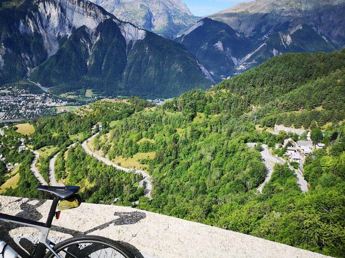 Wunderschöner Blick auf Bourg-d'Oisons und einige Kehren
