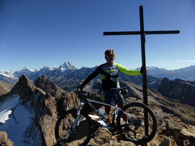 Geschafft, Torrenthorn mit Gipfelkreuz auf 2'998 M.ü.M.