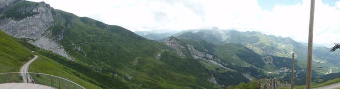 Panorama von der Bergstation des Liftes am Colle Campanino Richtung Tende und Limone