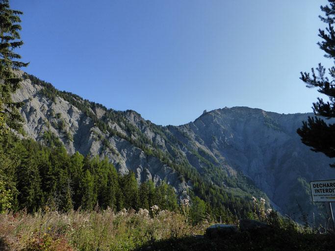Ausblick in den Felskessel, welchen man von weit her sieht im Val de Bagnes
