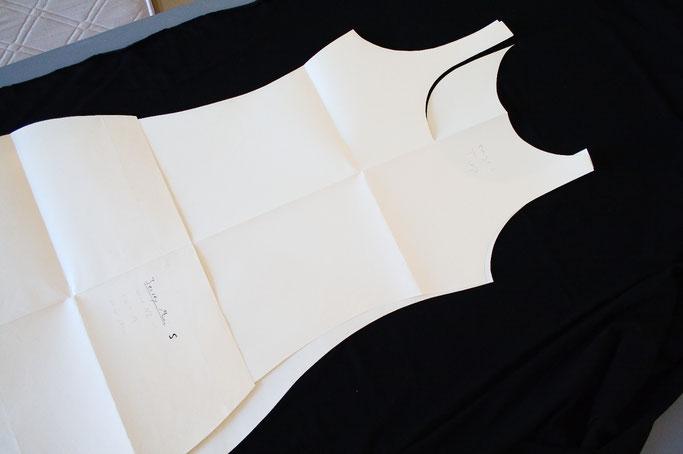 Kleines schwarzes Kleid mit rohen Kanten - Schnittmuster entwickeln - Zebraspider DIY Anti-Fashion Blog