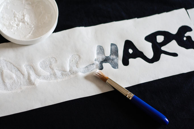 Vom Discharge Tourshirt zum Longsleeve - Schablonieren mit Siebdruckfarbe und Freezer-Paper - Zebraspider DIY Anti-Fashion Blog