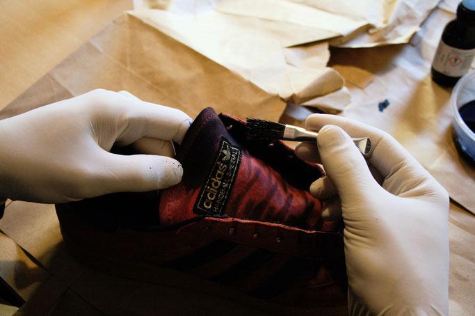 Besser in schwarz - Schuhe färben - Farbe mit Pinsel auftragen - Zebraspider DIY Anti-Fashion Blog