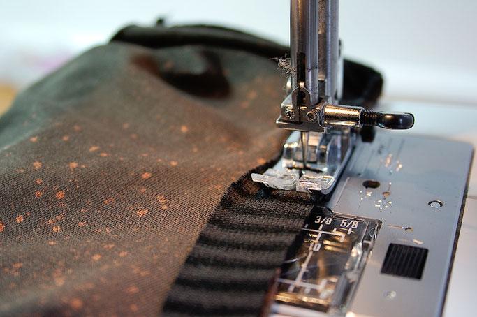 Auftrag für ein Steampunk-Endzeit-Outfit - Ausschnitt nähen - Zebraspider DIY Blog