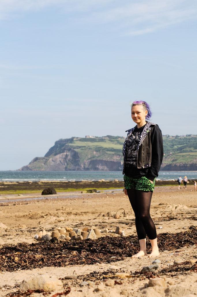 Robin Hood's Bay - Strandfotos und -Outfit - lange Ärmel kurze Hose - Zebraspider DIY Anti-Fashion Blog