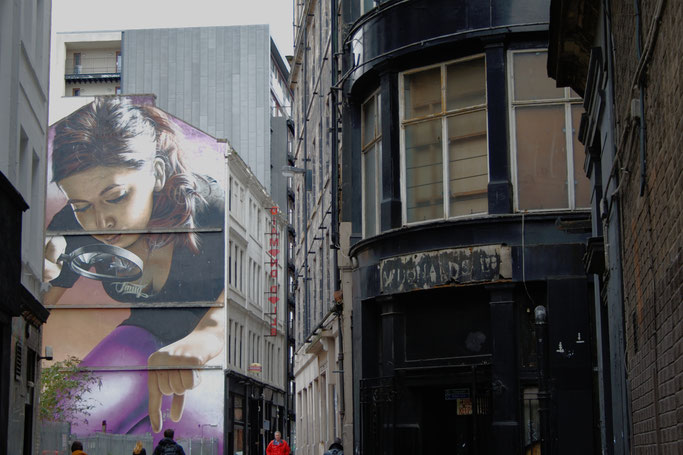 Ein paar Stunden in Glasgow - Streetart Frau mit Lupe - Zebraspider DIY Anti-Fashion Blog