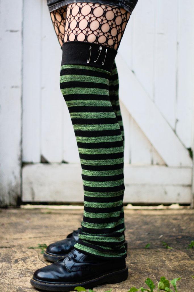 Die neuen Beinstulpen sind da! - Green Stripes & Safety Pins - Zebraspider DIY Anti-Fashion Blog