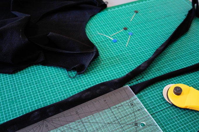 Kleines schwarzes Kleid mit rohen Kanten - Bündchen Streifen zuschneiden - Zebraspider DIY Anti-Fashion Blog