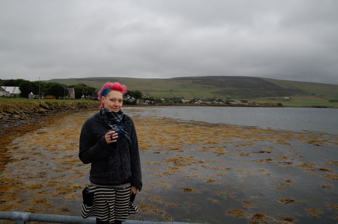 Urlaub Orkney Inseln - ich mit Tee am Meer - Zebraspider DIY Anti-Fashion Blog