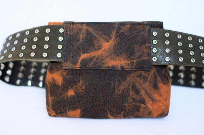 4 Aufträge und eine eigene Gürteltasche - Batikmuster in rostbraun Gürtelschlaufe - Zebraspider DIY Anti-Fashion Blog