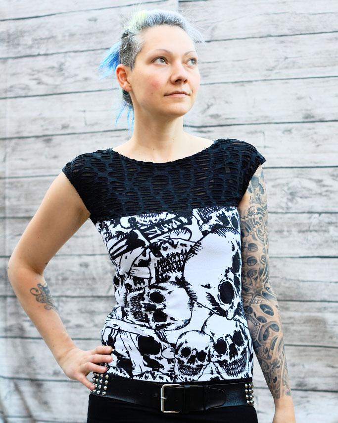 Die neuen Tops, Shirts und Shrugs sind online! - Top mit Netz und Totenköpfen - Zebraspider DIY Anti-Fashion Blog
