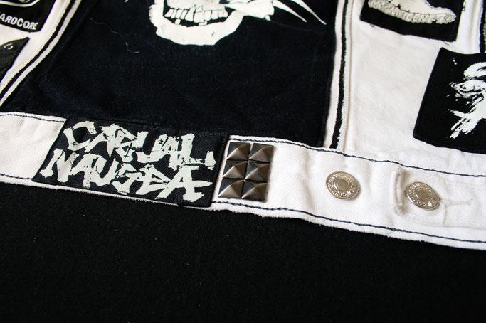Mehr schwarz auf der weißen Weste - Pyramidennieten am Bund - Zebraspider DIY Anti-Fashion Blog