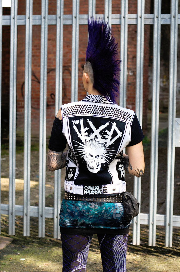 Mehr schwarz auf der weißen Weste - Punkweste und gestellter Iro - Zebraspider DIY Anti-Fashion Blog