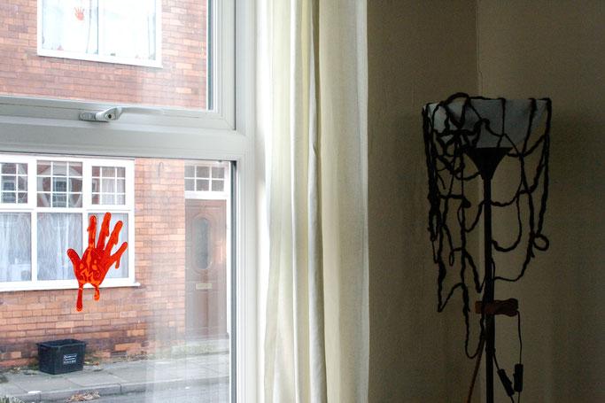 Warum auch Halloween politisch ist -  blutige Hand und Spinnennetz - Zebraspider DIY Anti-Fashion Blog